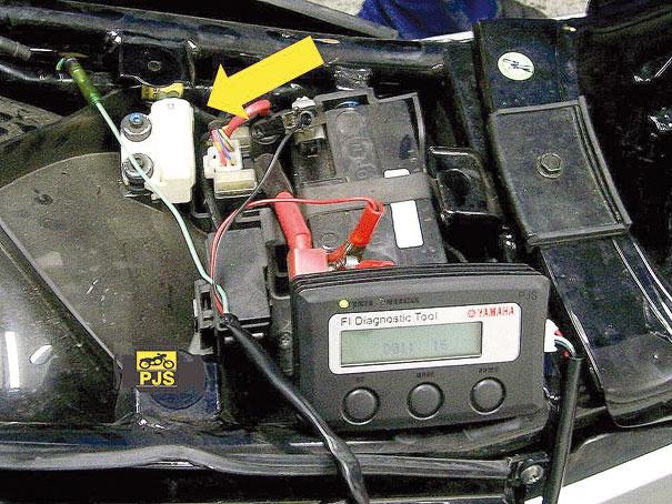 Fig. 4 – Localização do sensor e ferramenta de diagnóstico do fabricante, Fazer 250