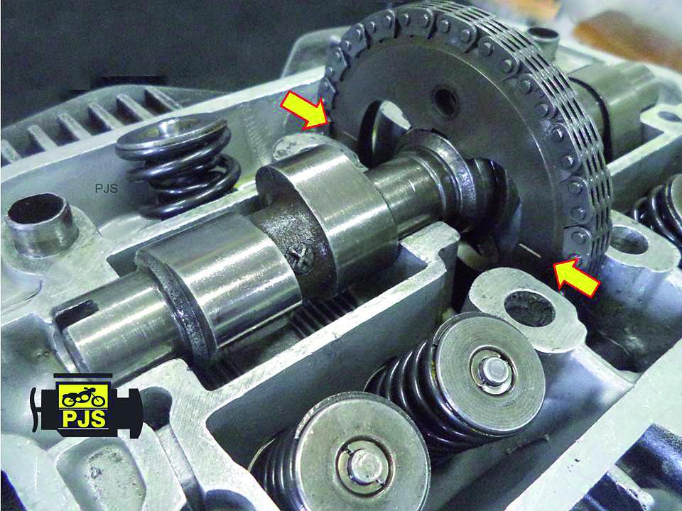 Fig.11 - Engrenagem de comando de válvulas, linha de referência de paralelismo com a superfície do cabeçote - motocicleta: CB 400