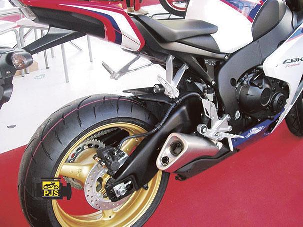 Fig.3 - Conjunto do escapamento (original), motocicleta CBR 1000RR FireBlade