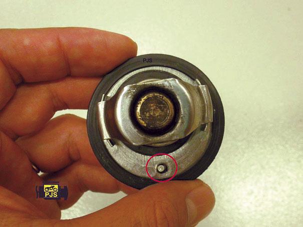 Fig. 3 - Válvula termostática, indicação de furo de bypass