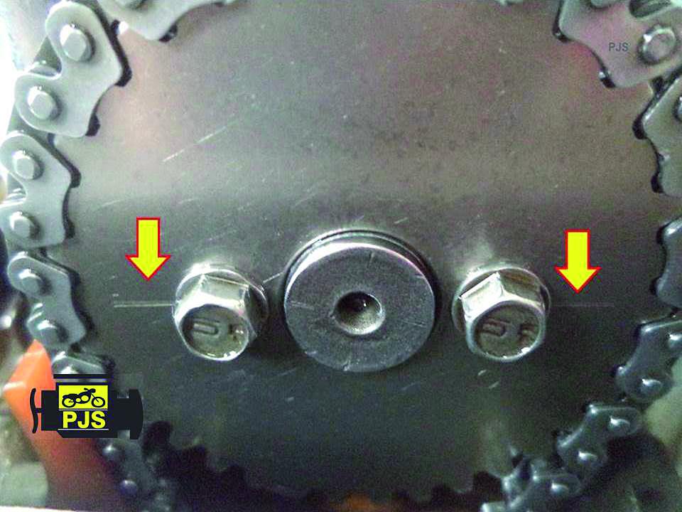 Fig. 3 - engrenagem de comando de válvulas, linha de referência de paralelismo com a superfície do cabeçote - Motocicleta: CG 150 Titan