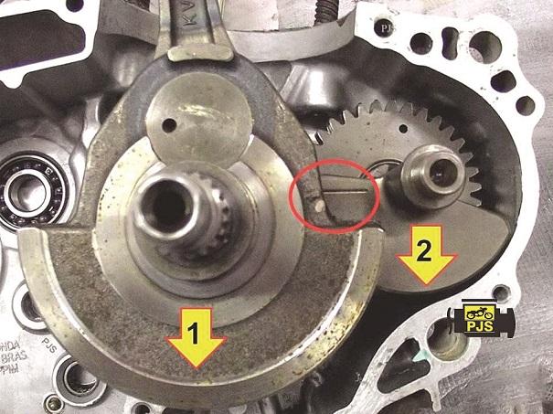 Fig. 3 -  Condição 1 topo da biela em PMS, virabrequim (1) contrapeso para baixo, balanceiro (2) apontando para baixo, motocicleta Honda CB 300