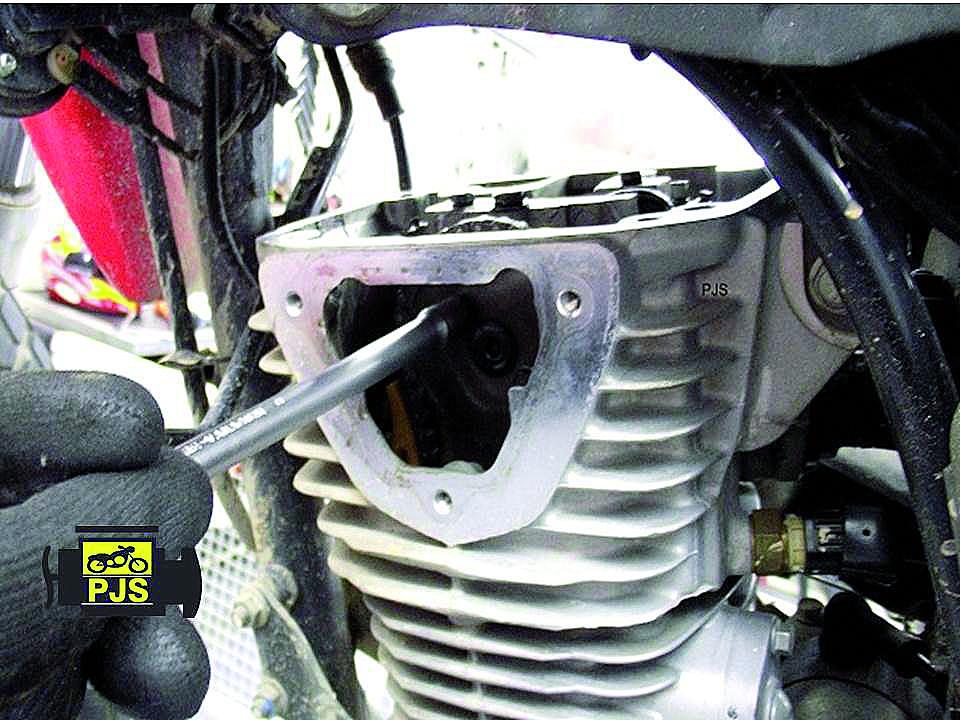 Fig. 4 -Cabeçote monobloco, acesso à engrenagem do comando de válvulas – Motocicleta: Titan/Bros 160