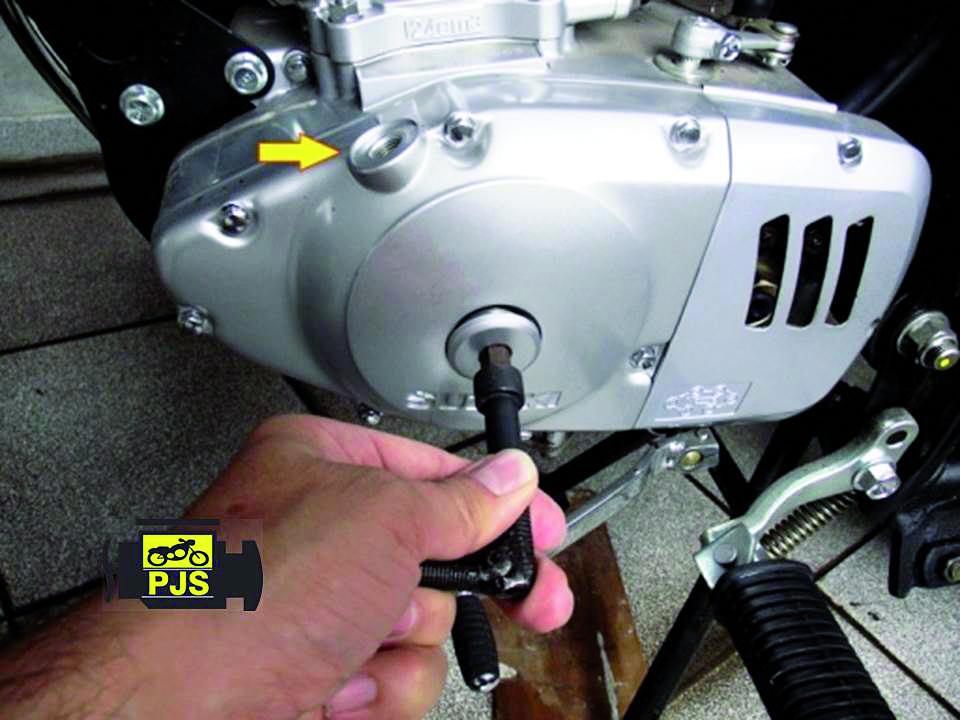 """Fig. 6 – Tampa lateral esquerda do motor, visor de verificação de ponto """"T"""" – motocicleta Suzuki Intruder 125"""