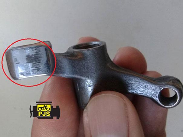 Fig. 7- Balancim da válvula, desgaste no ponto de contato com o comando de válvulas