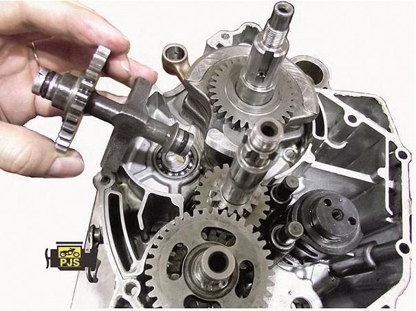 Fig. 7 - Instalação do balanceiro no motor, motocicleta Yamaha YBR 125