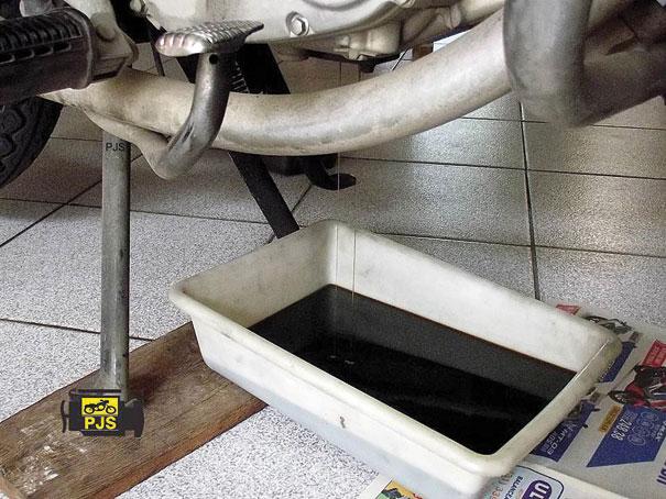Fig. 7 - Drenagem do óleo do motor, aspecto bem escurecido