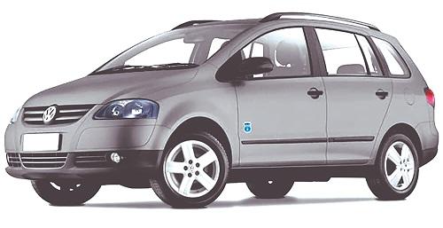 Defeito: Este modelo da Volkswagen, equipado com motor 1.6, ano 2008, chegou à oficina apresentando falha no sistema de arrefecimento.   Segundo o relato do reparador, na oficina o veículo funciona normalmente, esquenta a mangueira superior, depois a inferior e em seguida a ventoinha do radiador é acionada.   Quando colocado em rodovia, o veículo começa a acender a luz de temperatura e começa a ferver, o reparador ainda informou que após o veículo ferver, ele constatou que a mangueira superior estava quente e a inferior gelada, sinal de má recirculação no líquido de arrefecimento.   Diagnóstico: Iniciando o diagnóstico, foram trocados, para teste, a bomba d'água, o radiador, o cavalete de água e a válvula termostática, mas ainda assim o problema persistiu.   Um colega de profissão, ao ler o relato, sugeriu que a junta do cabeçote poderia estar com defeito, obstruindo a galeria.   Outro colega reparador questionou se já haviam sido verificadas as mangueiras do sistema de arrefecimento e comentou que existem veículos em que é necessário realizar a sangria do sistema, caso contrário o líquido de arrefecimento não circula corretamente. O colega também complementou informando que em raros casos o ponto de ignição e o catalisador podem gerar superaquecimento do sistema.   O reparador informou mais detalhes sobre o modelo do veículo aos seus colegas do Fórum e respondeu que ao planejar remover os selos do bloco do motor para realizar uma limpeza, notou que aquele modelo de motor não possuía selos e finalizou comentando que estranhava o caso, pois a água não circulava mas já havia verificado todo o sistema e não encontrou qualquer avaria que justificasse a falha.   Um companheiro de profissão comentou que o rotor da bomba de água poderia estar quebrado ou com uma distância muito grande do bloco do motor, mas logo foi refutado pelo reparador, que informou que a bomba de água era nova.   Ainda no fórum, outro companheiro de profissão recomendou que fosse feito teste de vazão 