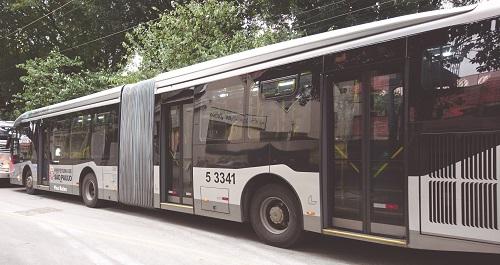 Capitais como São Paulo criam leis que determinam que as frotas dos ônibus que operam no sistema do transporte coletivo de passageiros tenham sistema de ar refrigerado para manter e atrair mais pessoas