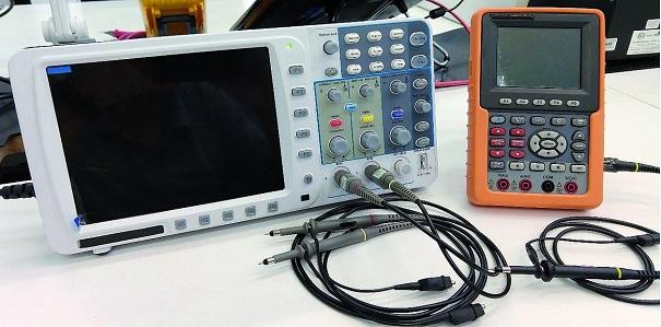 Osciloscópio de bancada (2 canais) e Osciloscópio portátil (1 canal)
