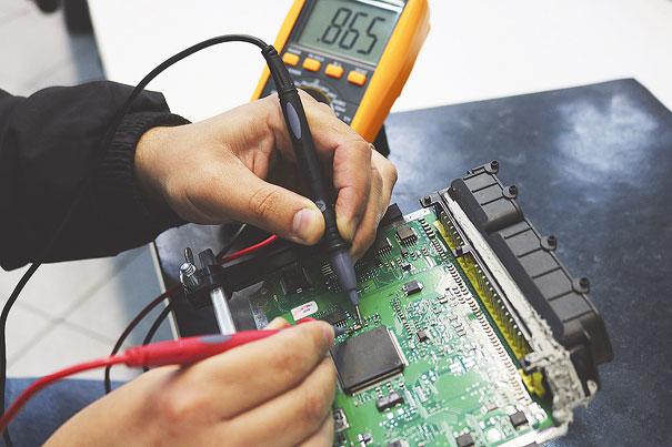 Foto 2 - Teste de continuidade em um capacitor de cerâmica