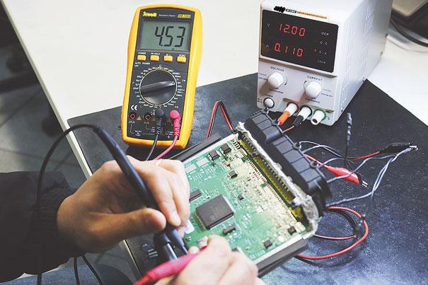 Foto 4 - Medindo a tensão de 5V com o Multímetro